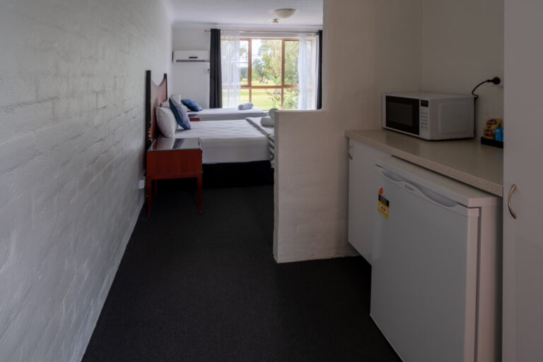 Golf-place-accessible-queen-single-room-3